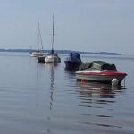 Boote und Bojen im Wasser der Ostsee