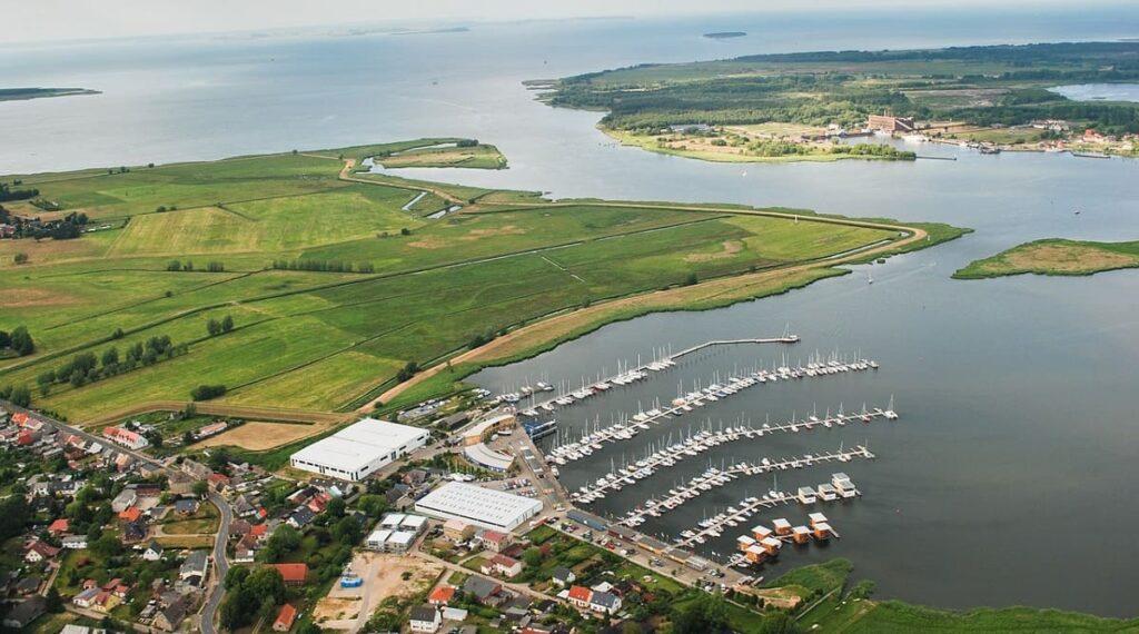 Gemeinde Kröslin entdecken und erleben, Urlaub an der Ostsee, Kröslin von oben, Vogelperspektive, Hafen, Boote, segeln, Segelboote, Schiffe, Ostseeküste, Strand