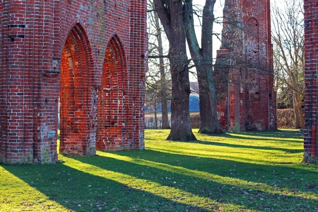 Eldena, Klosterruine Eldena, Kreisstadt Greifswald, Abendsonne, Schattenspiel, Ruine, Ostsee, Urlaub, Mein-Ostsee-Urlaub.NET
