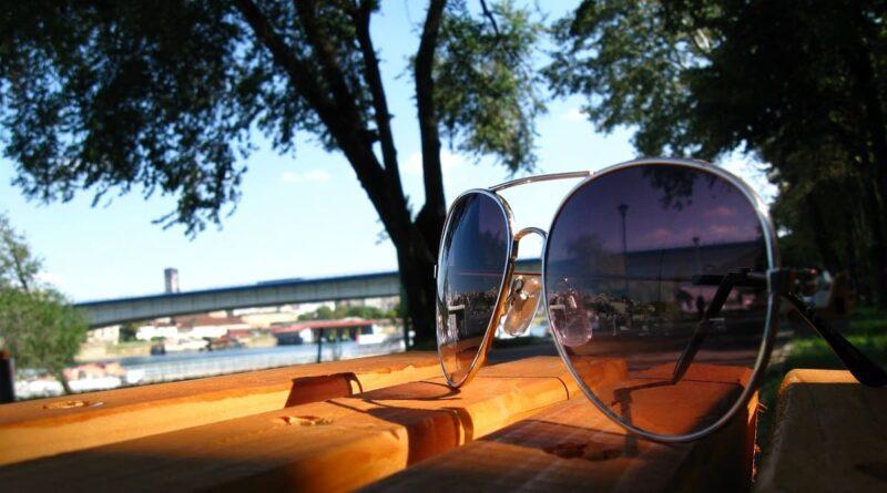 Gemeinde Brünzow, entdecken, erleben, Urlaub an der Ostsee, Sonnenbrillen, Bank, Baum, klarer Himmel