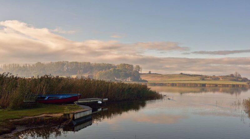 Gemeinde Neuenkirchen auf Rügen, entdecken, erleben, See, Boot, Reflexion, Schilf, Bank, Wasser, Nebel